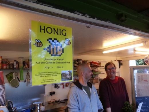 Ein schickes Schild bewirbt meinen Honig im Café Eule!